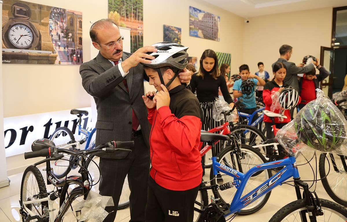 20 Çocuğa Bisiklet Hediye Edildi